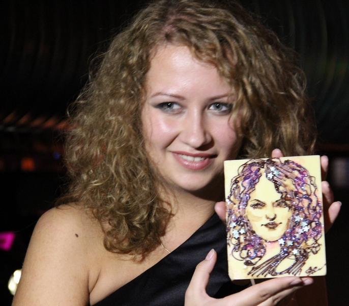 наш художник рисует портреты и шаржи шоколадом!