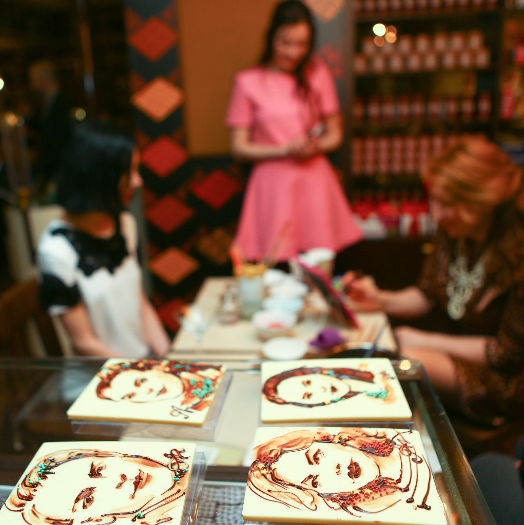 портреты шоколадом в шоколадном баре макс бреннер в москве